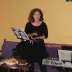 Karádi Borbála énekel